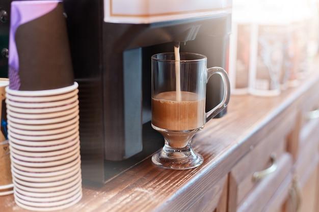 Kaffeemaschine, die cuppuccino-kaffee brüht