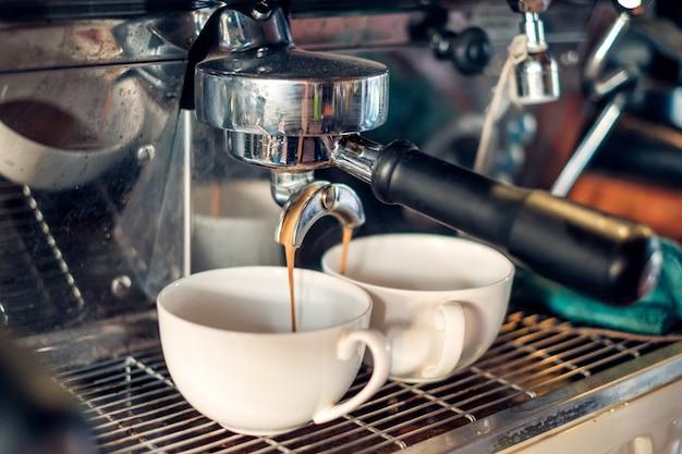 Kaffeemaschine, die den kaffee fließt in schale macht