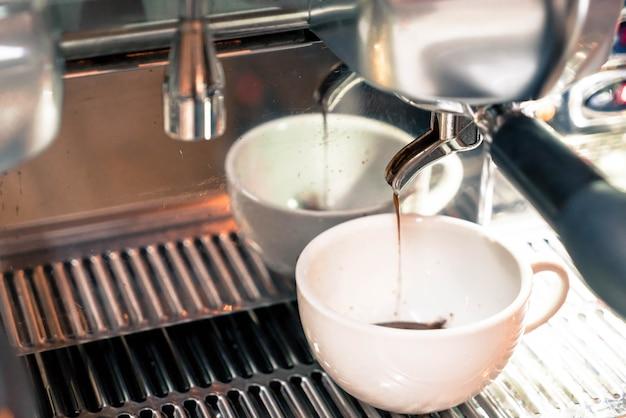Kaffeemaschine, die einen kaffee braut
