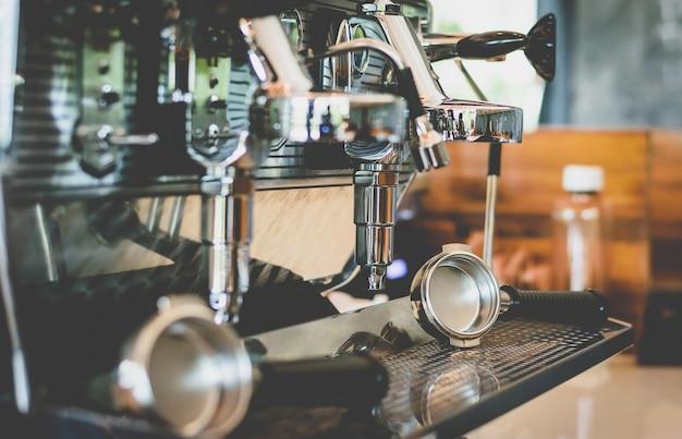 Kaffeemaschine-hersteller im café