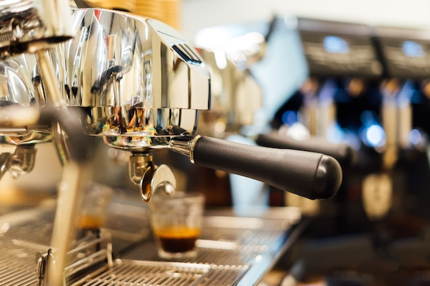 Kaffeemaschine in dampf, in einem luxus-café