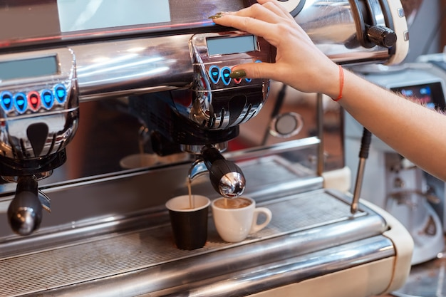 Kaffeemaschine macht tassen kaffee