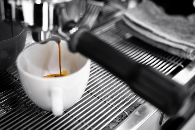 Kaffeemaschine während der arbeit, foto im café.