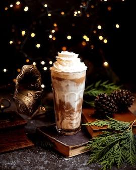 Kaffeemilchshake mit schlagsahne