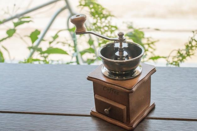 Kaffeemühle auf dem tisch