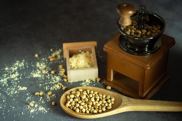 Kaffeemühle, die sojabohnen zu pulver zermahlen