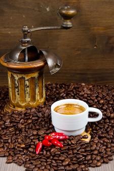 Kaffeemühle mit bohnen und kaffeetasse