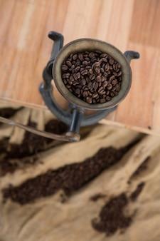 Kaffeemühle mit kaffeebohnen im inneren