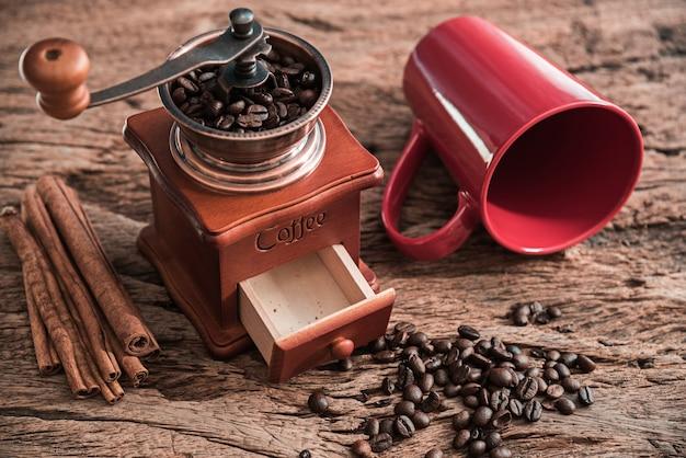 Kaffeemühle mit roter schale auf holztisch