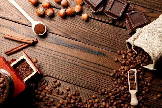 Kaffeemühle und kaffee flach liegen