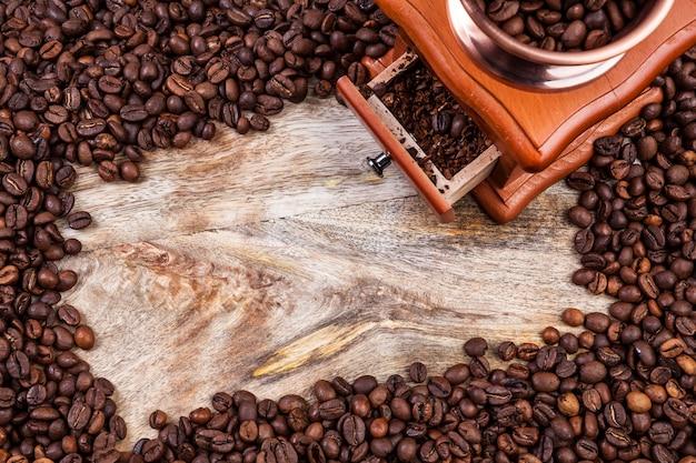 Kaffeemühle und rahmen von kaffeebohnen, draufsicht