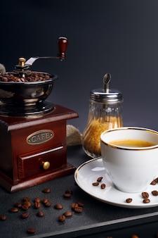 Kaffeemühle und tasse