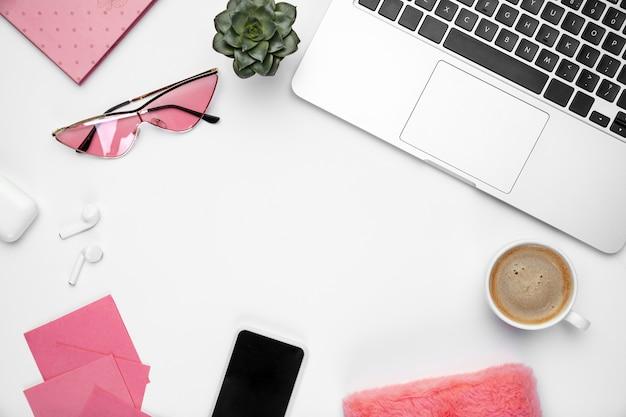 Kaffeenotizen. . femininer home-office-arbeitsbereich, copyspace. inspirierender arbeitsplatz für produktivität. konzept von business, mode, freelance, finanzen und kunstwerken. .
