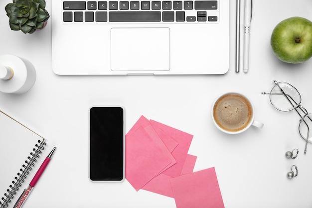 Kaffeepause. . femininer home-office-arbeitsbereich, copyspace. inspirierender arbeitsplatz für produktivität. konzept von business, mode, freelance, finanzen und kunstwerken. .