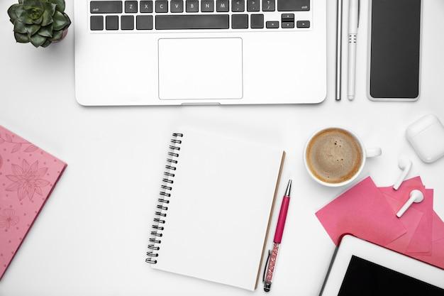 Kaffeepause. flaches lay-mock-up. weiblicher home-office-arbeitsplatz, exemplar. inspirierender arbeitsplatz für produktivität. geschäftskonzept, mode, freiberufler, finanzen und kunstwerk trendige pastellfarben.