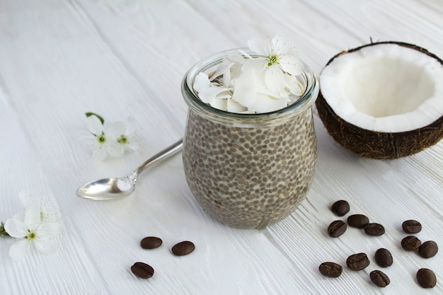 Kaffeepudding mit chia und kokosflocken im glas