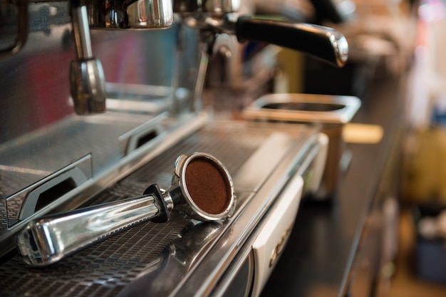Kaffeepulver auf kaffee-tamper