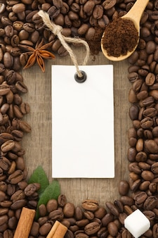 Kaffeepulver und bohnen als oberflächentextur