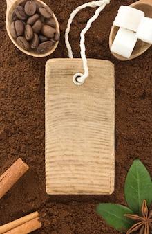 Kaffeepulver und bohnen mit etikett als oberflächentextur