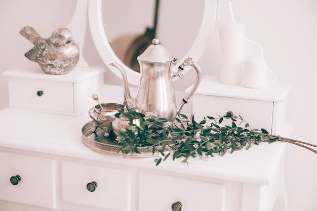 Kaffeeservice und olivenzweig auf dem tisch im boudoir
