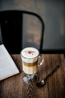 Kaffeestube-café latte-cappuccino-zeitungs-konzept