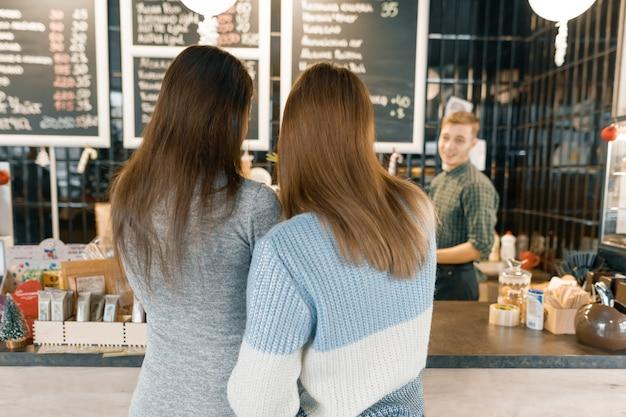 Kaffeestube, mädchen, die mit barista mann sprechen