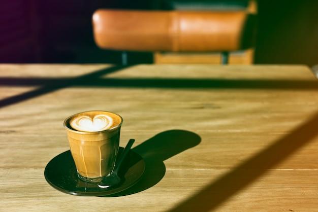 Kaffeetasse auf dem holztisch mit steigungsphotoart