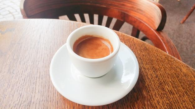 Kaffeetasse auf dem tisch an einem café