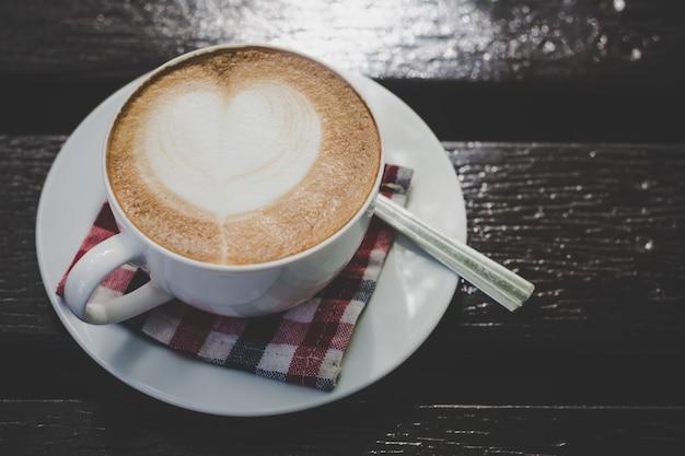 Kaffeetasse auf dem tisch morgens.