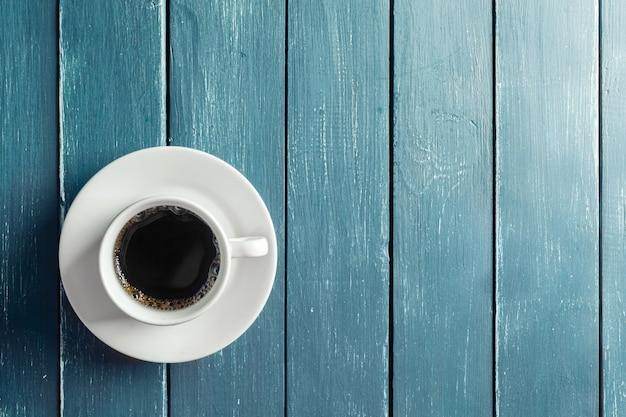 Kaffeetasse auf einem dunklen holztisch