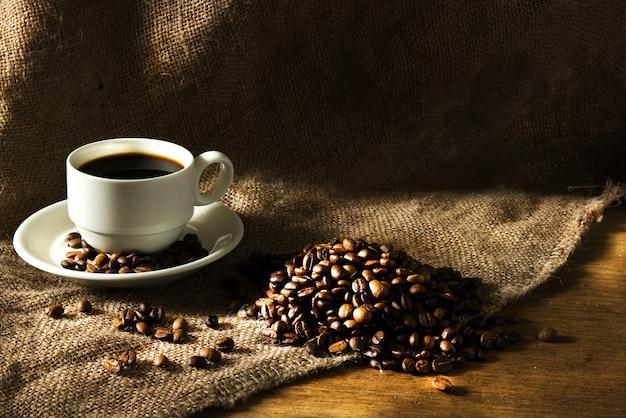 Kaffeetasse auf einem holztisch.