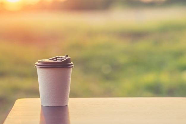 Kaffeetasse auf einem tisch