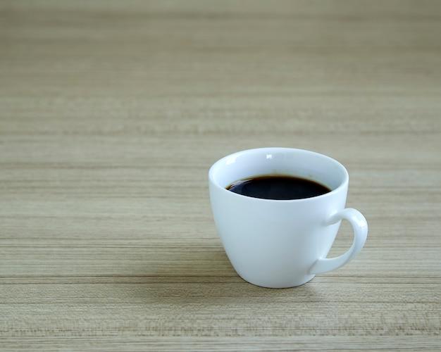 Kaffeetasse auf hölzernem hintergrund