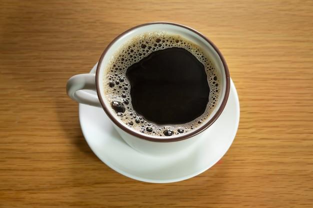 Kaffeetasse auf holzbeschaffenheitshintergrund.
