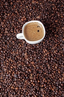 Kaffeetasse auf holztisch. blick von oben