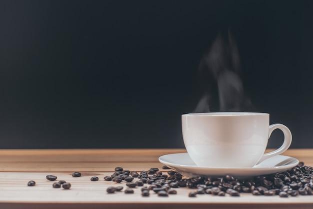 Kaffeetasse auf holztisch