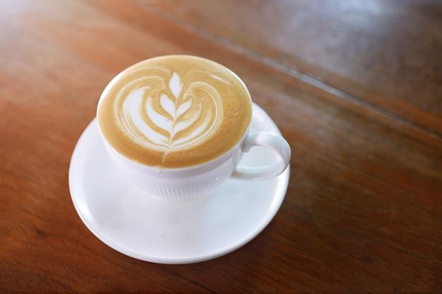 Kaffeetasse auf küchentisch. draufsicht mit copyspace.