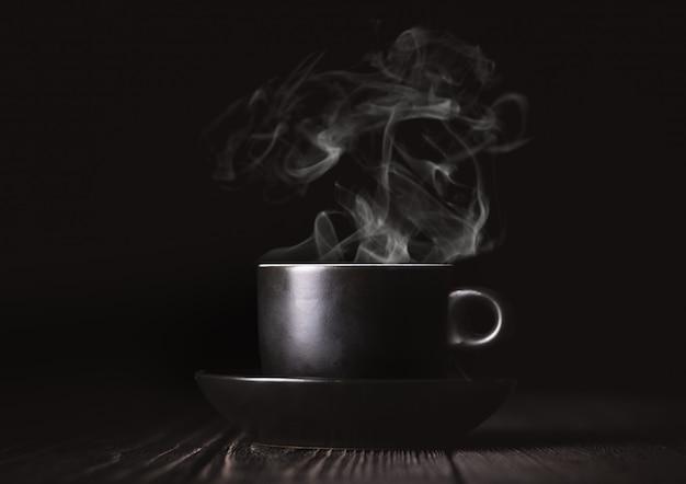 Kaffeetasse auf schwarz