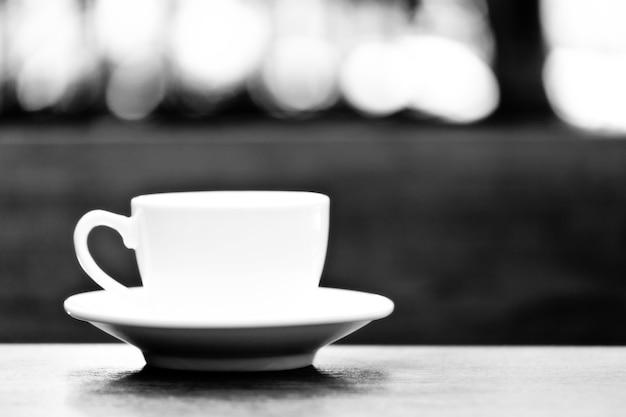Kaffeetasse aus keramik in schwarz-weiß