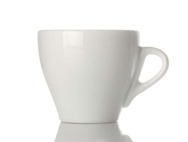 Kaffeetasse aus weißer keramik, klassische form für die kaffeezubereitung. auf weißem hintergrund isoliert. nahaufnahme.