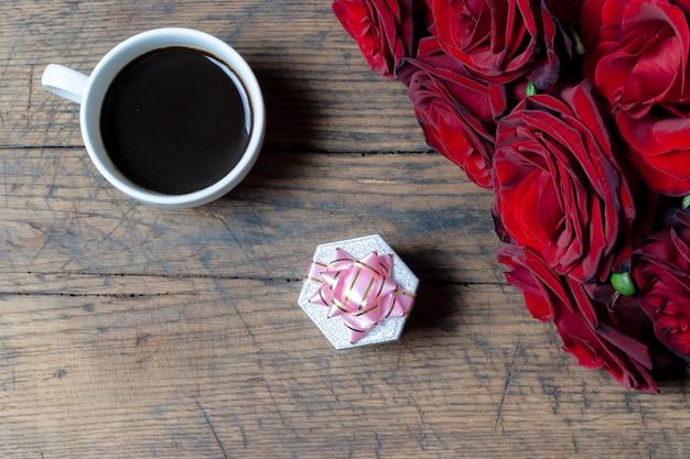 Kaffeetasse, geschenkbox mit rosa band und roten rosen