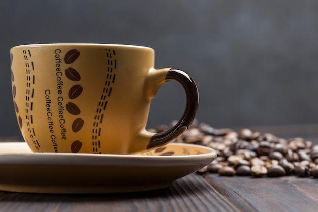 Kaffeetasse hautnah. körner kaffee auf dem tisch.