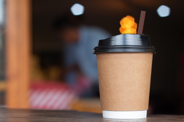 Kaffeetasse heißes draink auf hölzernem schreibtisch im geschäft des kaffees