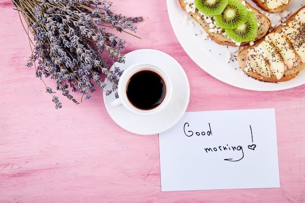 Kaffeetasse mit blumenstrauß lavendel und noten guten morgen