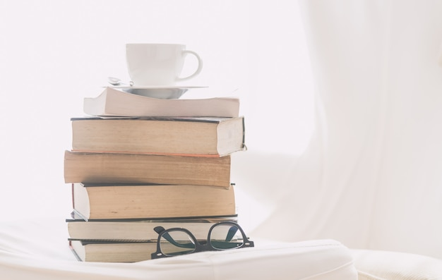 Kaffeetasse mit buch und brille