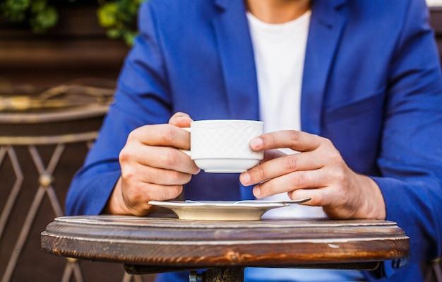 Kaffeetasse mit cappuccino und schwarzem espresso.