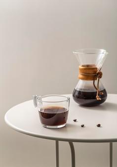 Kaffeetasse mit chemex auf dem tisch