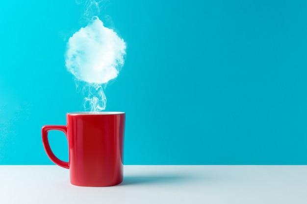 Kaffeetasse mit dampf in form von weihnachtskugeldekoration