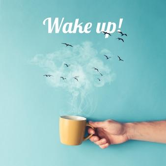 Kaffeetasse mit dampf, wolken und vögeln. kaffeekonzept. flach liegen.