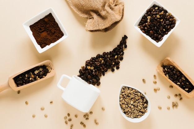 Kaffeetasse mit gemahlenem kaffee und kaffeebohnen